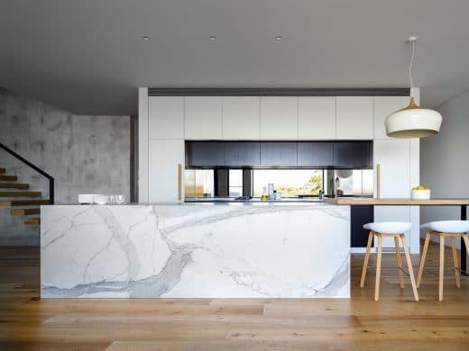 Marmor in der Küche ist wunderschön anzusehen, aber leider auch eine kleine Diva - daher empfiehlt es sich, die Arbeitsplatte in einem anderen Material anzufertigen oder einen Speziallack zu verwenden. (Design: Elizabeth Hattersley)