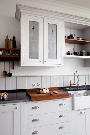 Shaker-Küchen zeichnen sich durch offene Regale, tiefe Keramikbecken und schnörkellose Fronten mit Messinggriffen aus. Das Modell hier ist traditionell und doch leicht und modern. Küche: woodworker