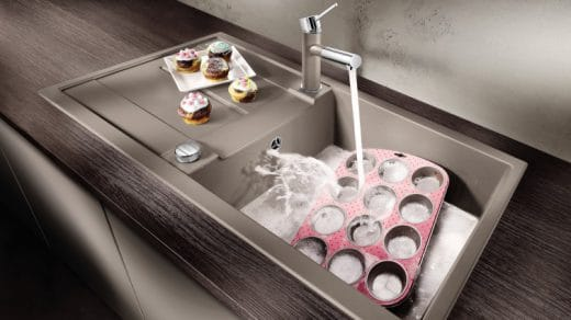 Der Trend geht nicht nur beim Essen zu XL: Auch Spülenhersteller wie BLANCO bieten mittlerweile Becken im XL-Format an, um Backbleche und große Pfannen oder Woks schnell und einfach reinigen zu können. (Foto: BLANCO)