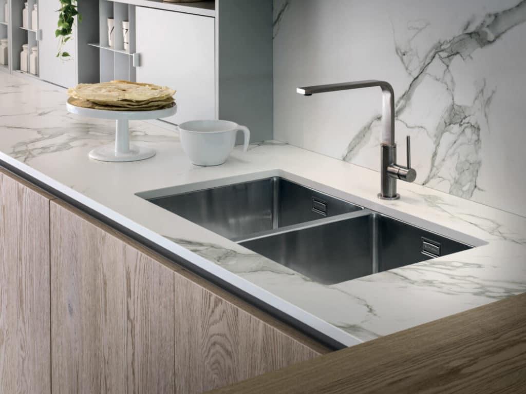 Täuschend echt imitiert der Verbundwerkstoff Dekton natürliche Materialien wie Marmor, die für einen Einsatz im Küchenraum selbst viel zu empfindlich wären. (Foto: Cosentino)