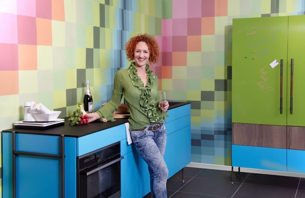 Palandauerblau, Karbonschwarz, ein kräftiges Grün: die Modulküchen von zeyko RACK können in vielen verschiedenen Farben zusammengesetzt und unkompliziert geliefert werden. (Foto: zeyko)