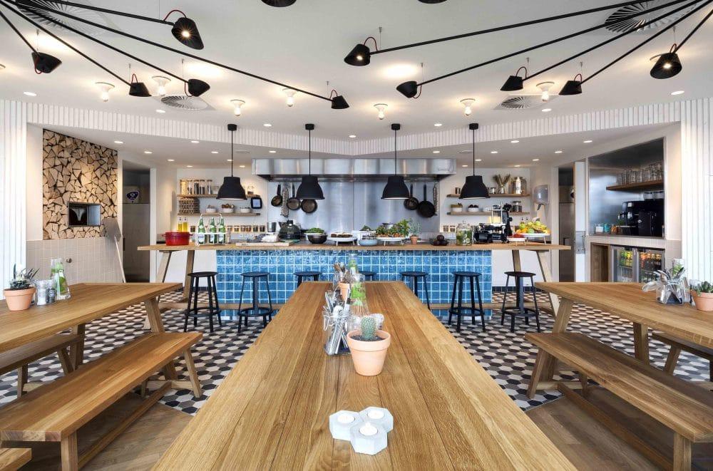 Im Frühstücksraum laden lange Holzbänke zum Finden neuer Gesprächspartner ein - oder einfach zum Bestaunen des industriellen Baustils. (Foto: livezoku.com)