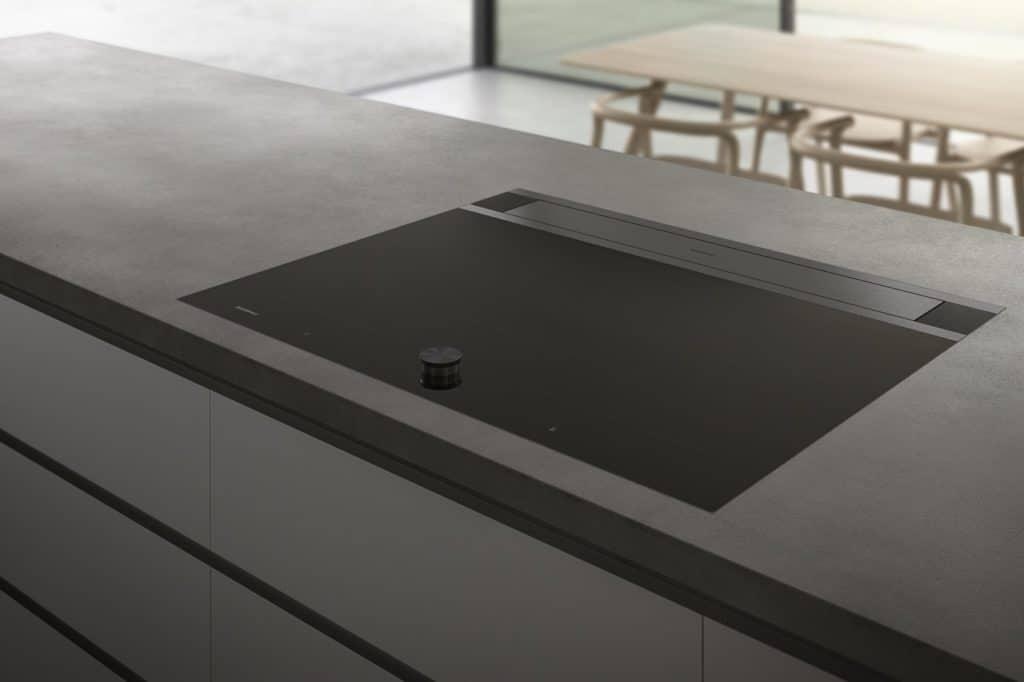 Elegant, puristisch und dabei äußerst effizient: die ausfahrbare Tischlüftung von Gaggenau verbirgt sich hinter einem hochästhetischen Design im anspruchsvollen Küchenraum. (Foto: Gaggenau)