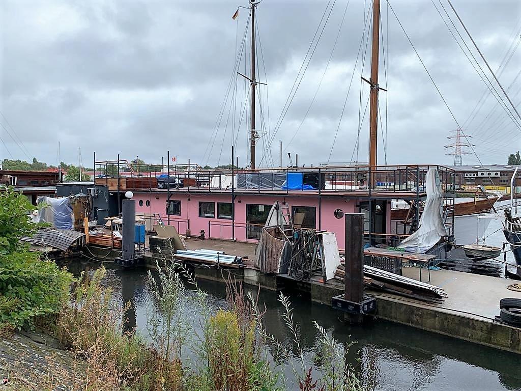 Graue Wolken über dem Paradies: das ehemalige Hausboot von Gunter Gabriel erwies sich nach dem Kauf in äußerst marodem Zustand. (Foto: StockWerk Küchen)