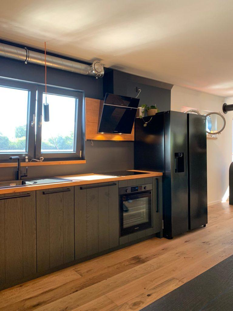 Ein Nano-Effektlack schützt das Holz der Schiffsküche vor Witterung. Passend zur dunklen Gestaltung wurden schwarz eloxierte Geräte aus Stahl und Glas kombiniert. (Foto: StockWerk Küchen)