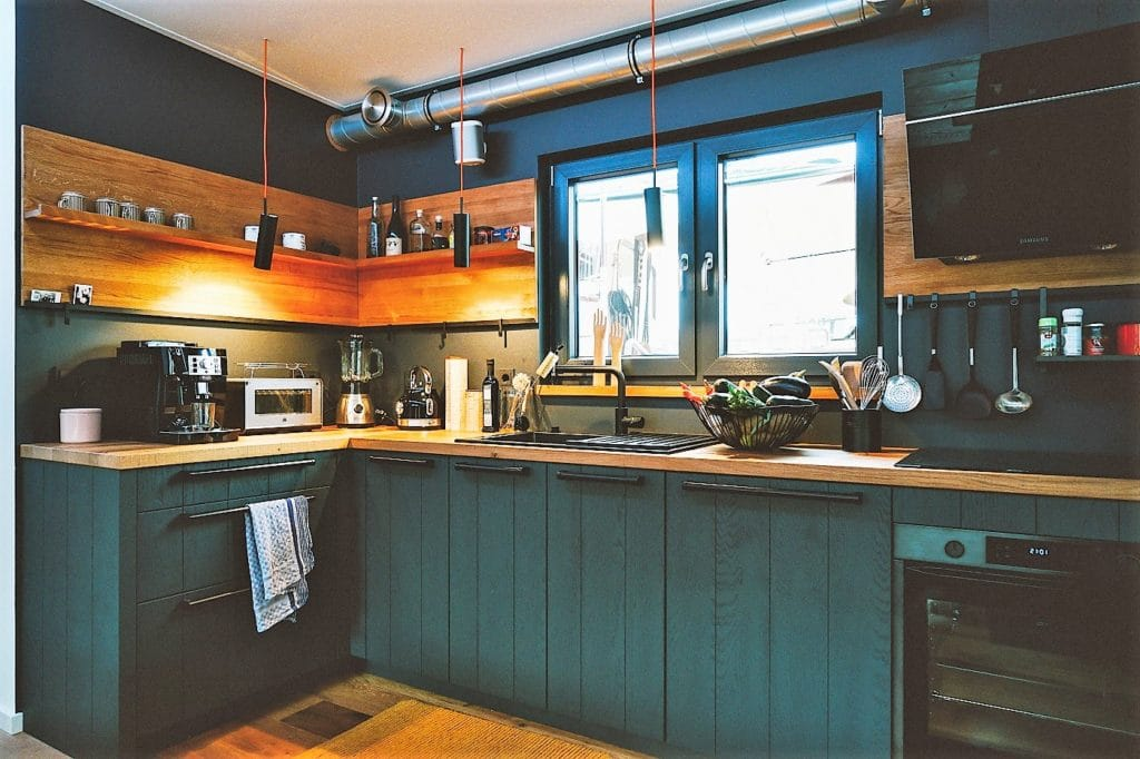 """Nicht nur schön, sondern auch nachhaltig: die neue Schiffsküche des Hausboots wurde aus nachwachsenden Rohstoffen von Rotpunkt gebaut, sogenanntes """"BioBoard"""". (Foto: StockWerk Küchen)"""