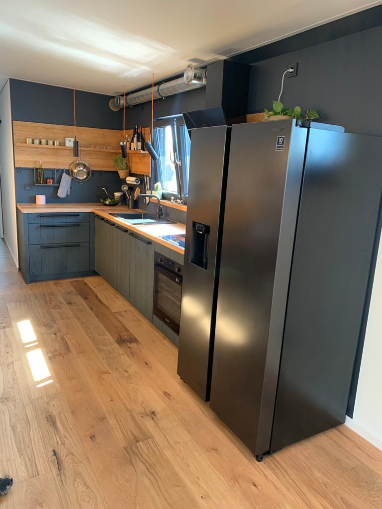 Wer bei einer Schiffsküche an eine kleine Kajüte denkt, irrt. Die L-förmige Zeile ist offen und skandinavisch-minimalistisch gestaltet. (Foto: StockWerk Küchen)