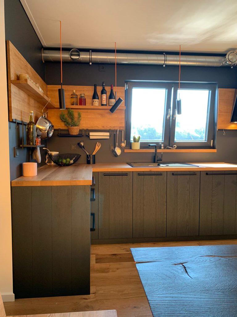 Graublaue Massivholzfronten, eine Arbeitsplatte aus heller Eiche und anthrazitfarbene Wände: die Schiffsküche strahlt Ruhe und Gemütlichkeit aus. (Foto: StockWerk Küchen)